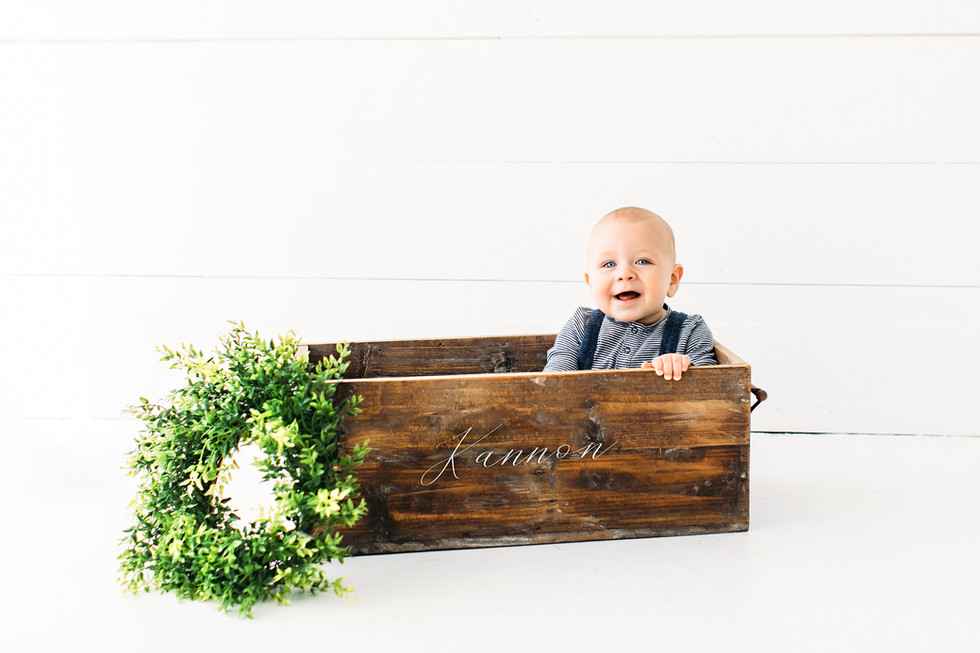 Children-baby-studio-woodenbox-wreath