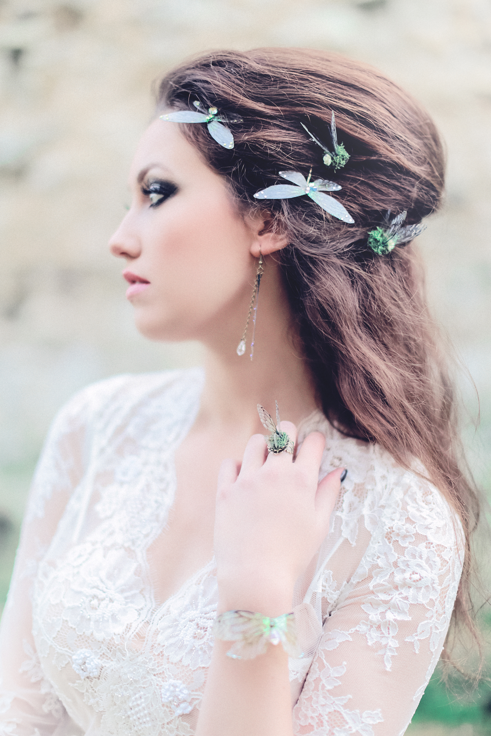 Dark & Delicate Gothic Wedding Inspiration by Miss Munro and Sanshine Photography (19)