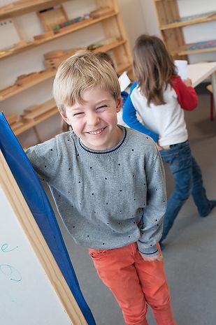 Enfants Montessori heureux 6-12 ans