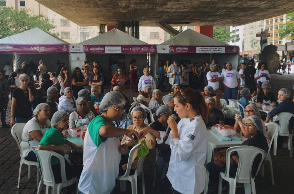 Iara Martins e Aline Menezes, respectivamente, estágiaria em Nutrição e Nutricionista Saladorama, realizando a oficina de manipulação de alimentos Saladorama.