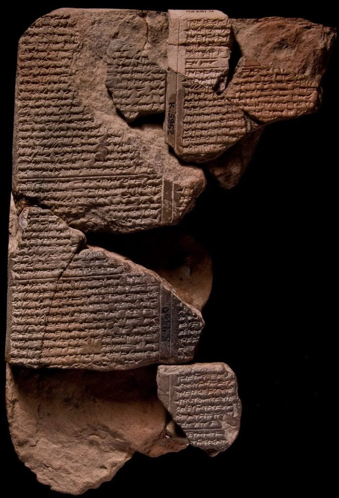 Tábula em escrita cuneiforme com receita de como se faz vidro