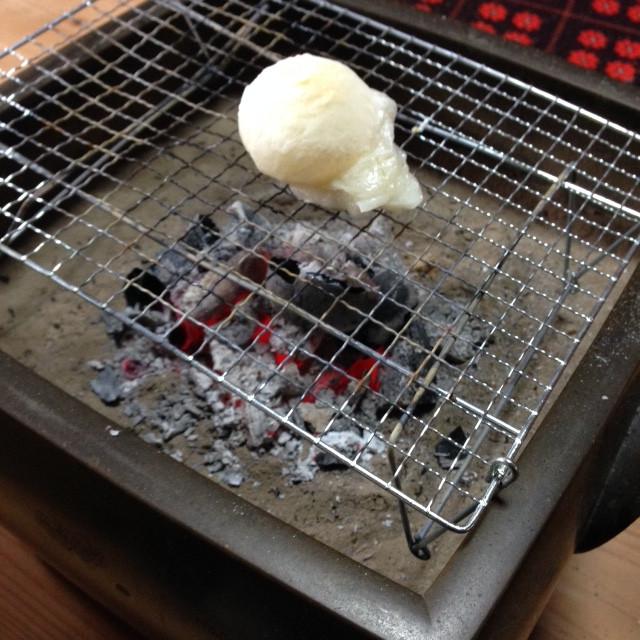 火鉢で焼くと、美味しそう。お餅と一緒に、幸せも膨らみます。