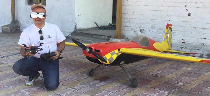 Cedric Giboulot; passionne de technologie, et par tout ce qui vole, jongle entre les avions, multicopteres, helicopteres, le tout en vol a vue ou en immersion.
