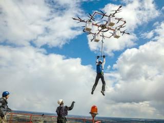 En Lettonie, sauter d'un drone en parachute, c'est désormais possible