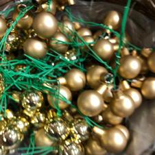 Julekuler gull, blank og matt på ståltråd