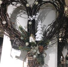 Naturkranse hjerte med juledekor