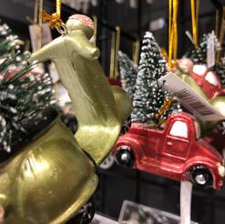 Moped og bil med juletre