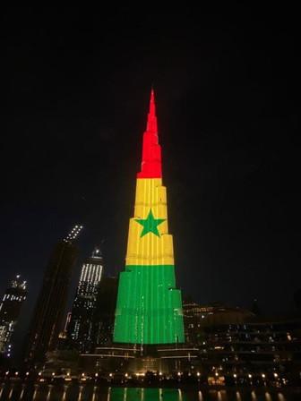 Le drapeau du Sénégal à l'envers sur le plus haut gratte-ciel du monde