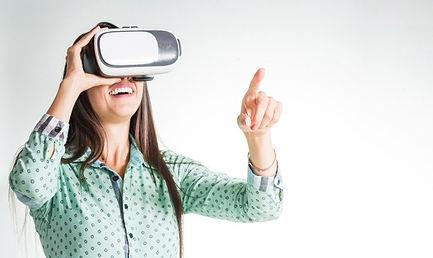 mulher-usando-headset-vr-sendo-surpreend