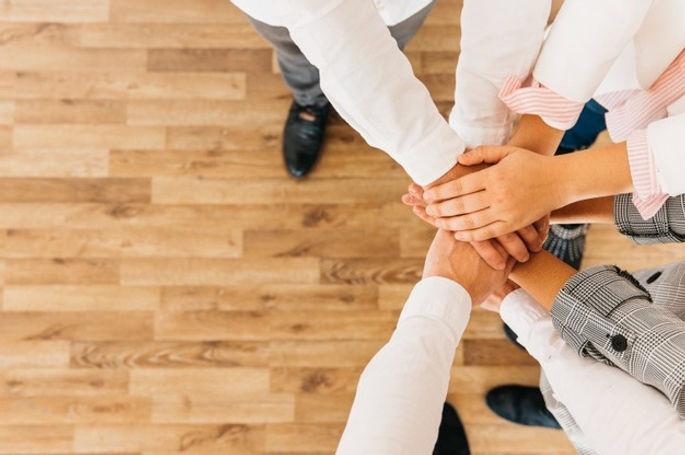 grupo-de-colegas-de-profissionais-da-saude-juntando-as