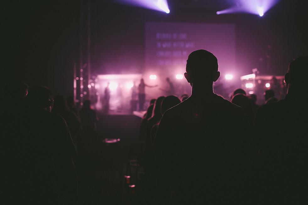 Público sentado durante un concierto