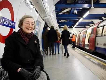 LONDRA: SI RECA TUTTI I GIORNI IN METRO PER ASCOLTARE LA VOCE DEL MARITO