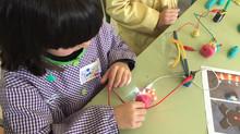 Els nens de primer juguen amb l'electricitat.