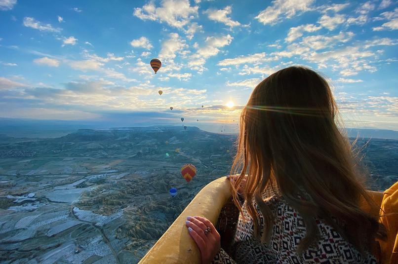 nature-inspiration-girl-hot-air-balloon-atmosphere-traveling-baloon-cappadocia-balloons_t2