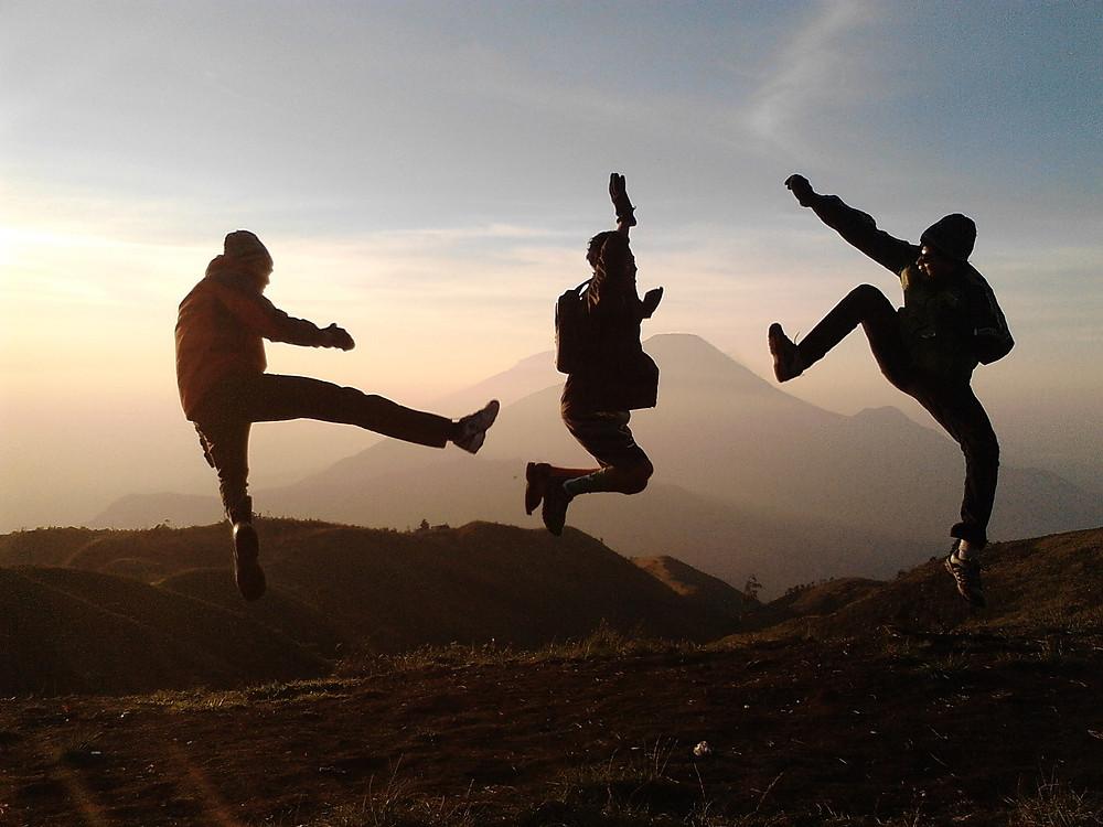 Freunde springen in die Luft