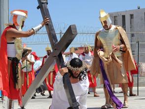 Realizan tradicional representación del Viacrucis en centros penitenciarios