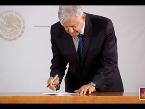 Firma AMLO compromiso para dejar la presidencia en 2024.