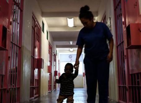 ¿Qué sucede con las niñas y los niños que viven en los centros penitenciarios?