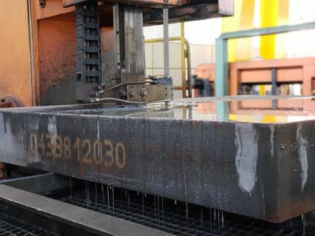 Corte de blocos de aço em serra de fita