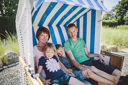 Familie im Strandkorb auf dem Nordseecamping zum Seehund