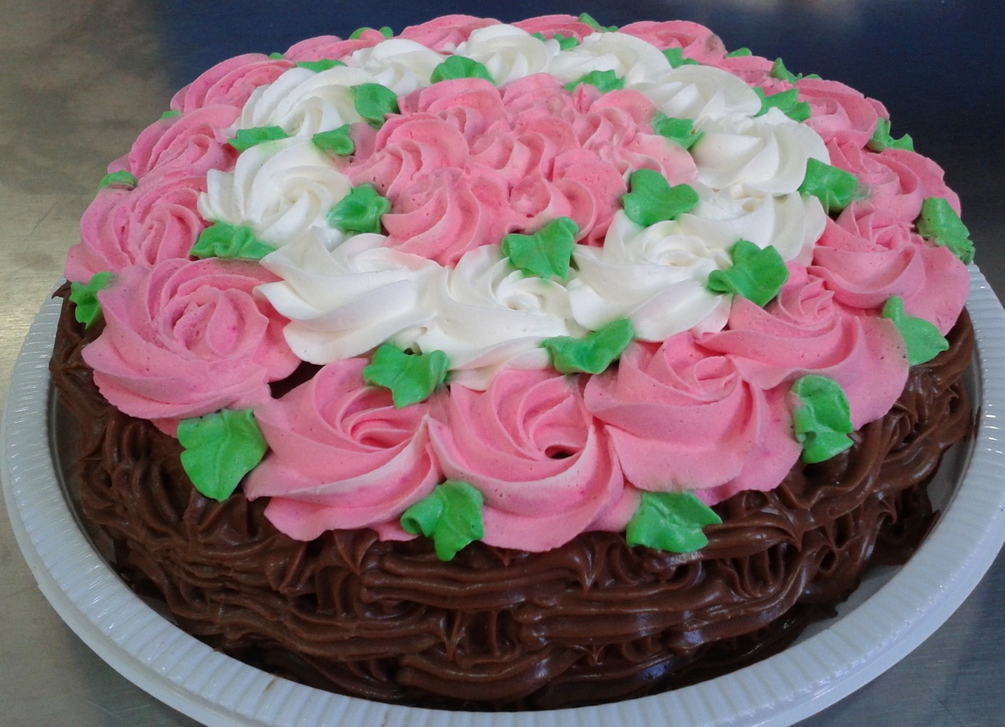 BOLO TRUFADO COM ROSA DE CHANTILLY_edited