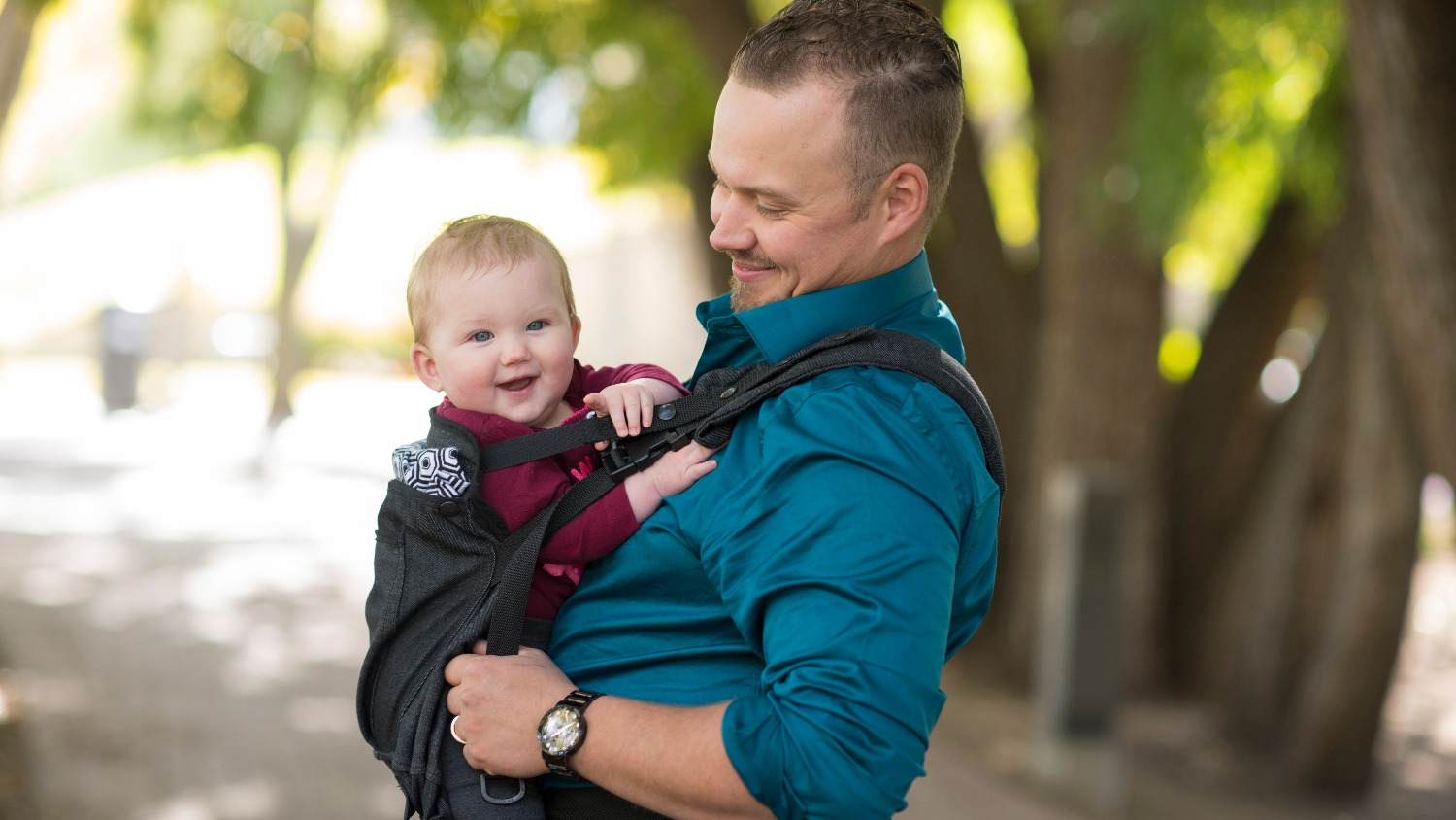 This dad is babywearing proudly