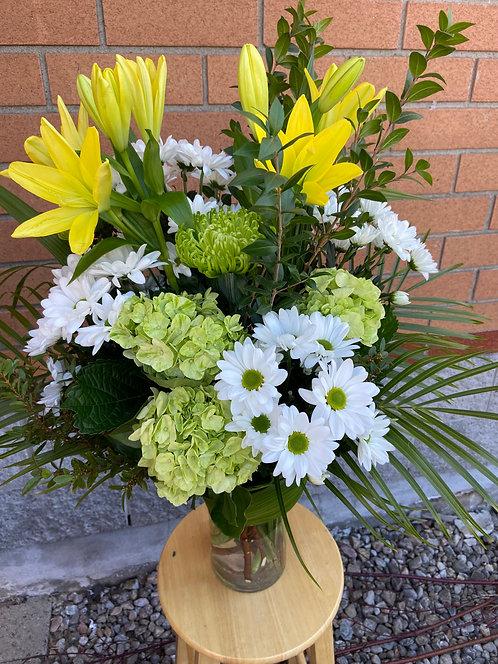 Arrangement funéraire / vase et fleurs champêtres