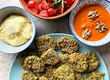 Cookies de falafels, houmous et purée de poivrons aux noix.