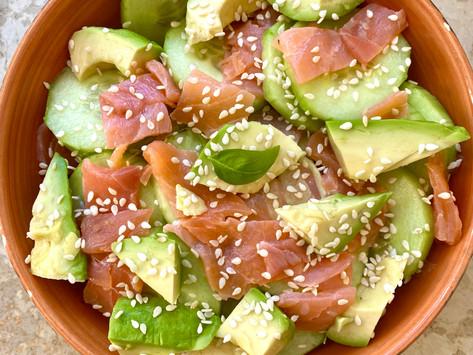 Salade composée, saumon fumé sauce blanche.