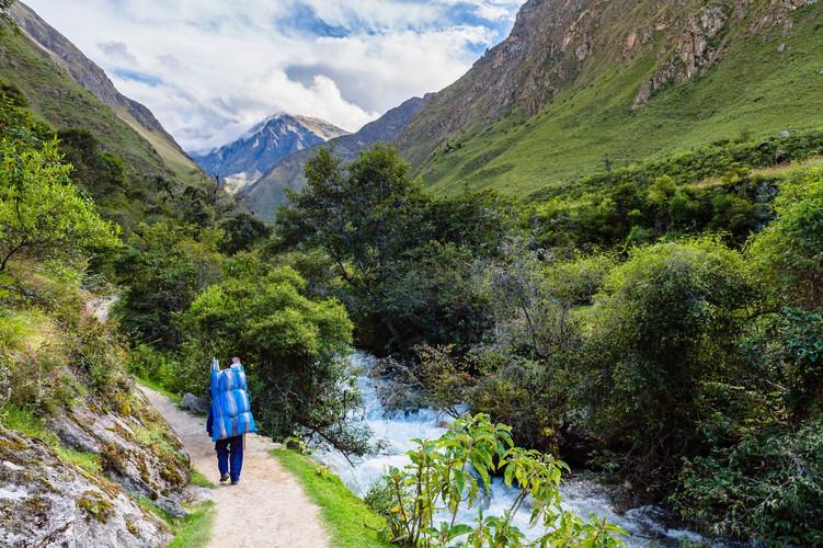 We wandelen langs de Cusichaca rivier richting Huayllabamba