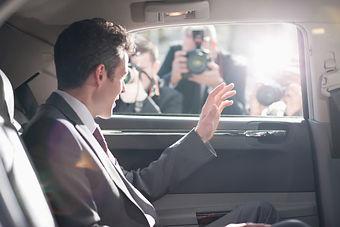 político en el coche