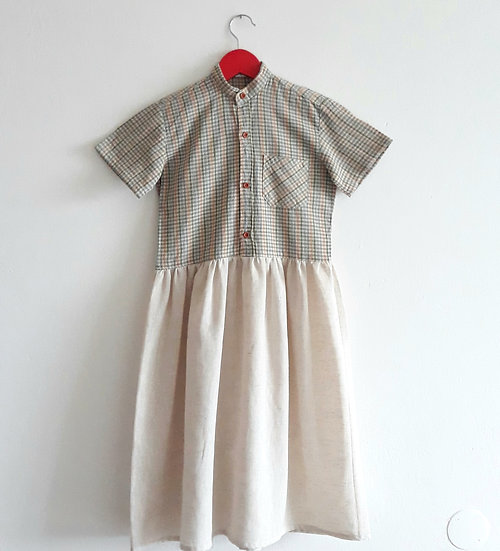 Béžové šaty s kostkou