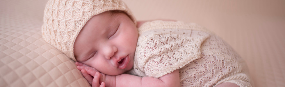Newborn girl. Womb pose