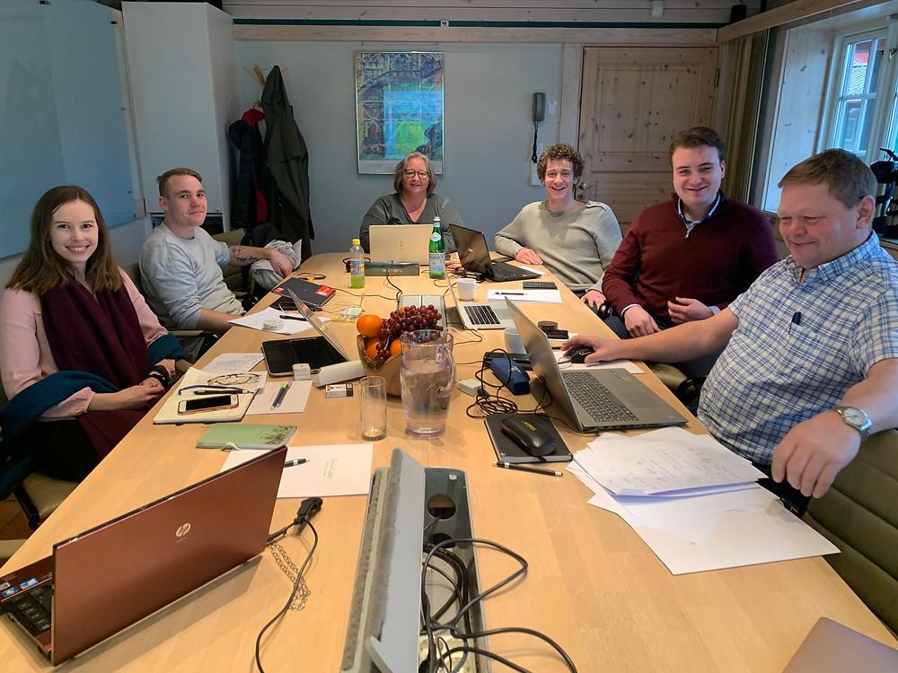 """Deltagere i prosjektet """"Ungdommens stemme"""", fylkesordfører Rune Hogsnes og en internasjonal fasilitator (bak med rød genser) Nerijus Miginis."""