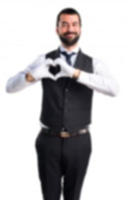 camarero-de-lujo-haciendo-un-corazon-con
