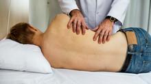 Hérnia de disco começa com dores nas costas