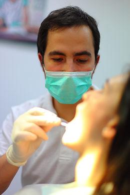 Zobozdravnik opravlja kontrolni pregled zob in ustne votline