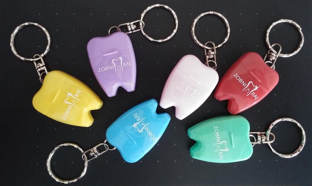 obeski za ključe z zobno nitko