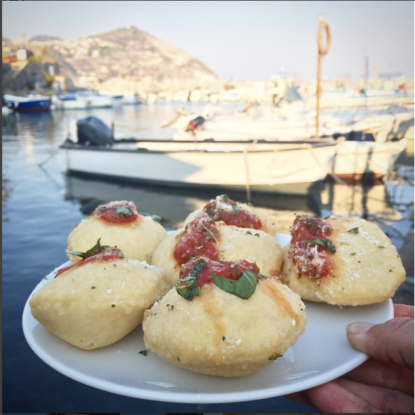 Montanara in Ischia (fried pizza dough)