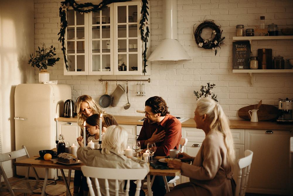 Une famille est assise à table