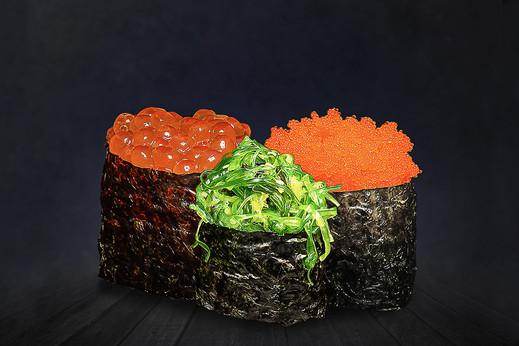 Maisto fotografas, maistas juodame fone, sushi, maisto fotomontažas