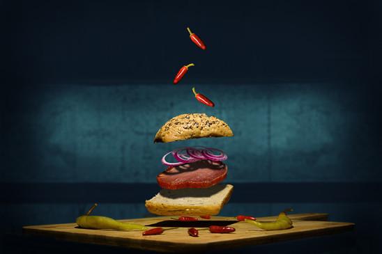 Maisto fotografas, maisto kompozicija, išskirtinė maisto fotografija, skraidantis burgeris
