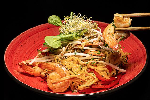 Maisto fotografas, maistas juodame fone, sushi, maaronai, noodles