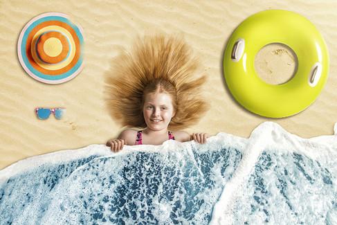 Mergaitė po vandens kaldra, pripučiamas ratas, skrybelė, akiniai nuo saulės. Fotomontažas