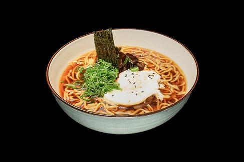 Maisto fotografas, maistas juodame fone, sriuba