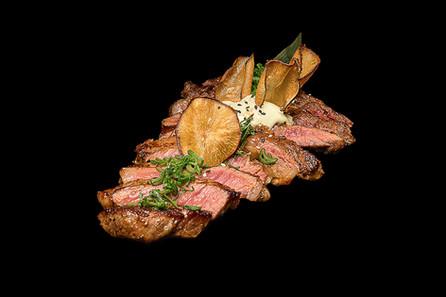 Maisto fotografas, mėsa juodame fone