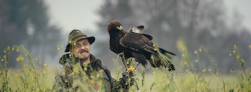 Dieter Betz mit seinem Steinadler