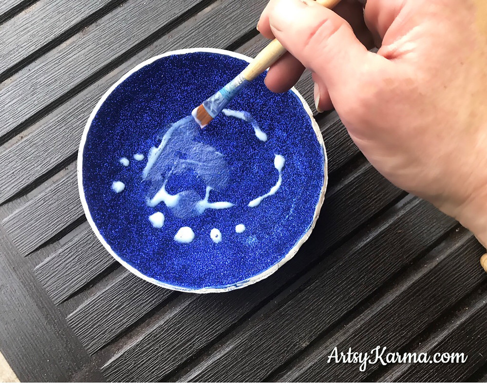 coat the glitter with glaze on the diy ring dish