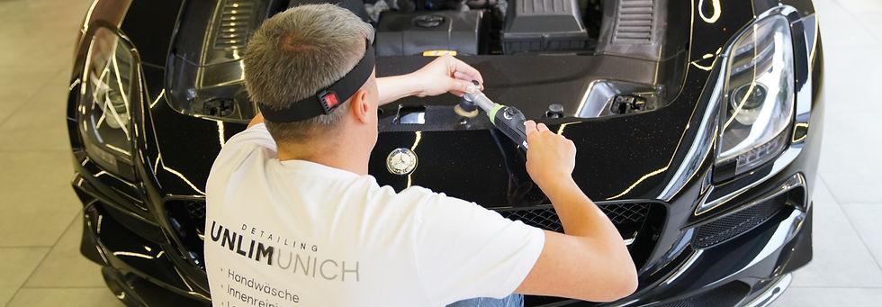 Unser Fachmann bei der Versiegelung eines Mercedes Benz Sportautos