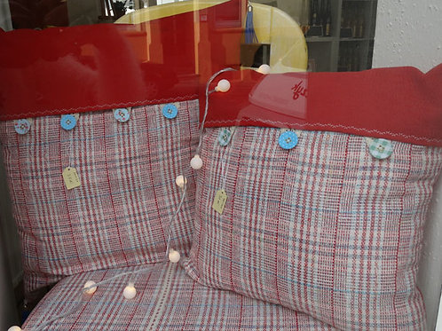 Kissen, roter Stoff, ca. 50 x 50 cm, Handarbeit